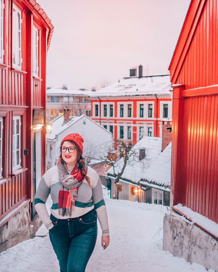 Correspondant à une allée rouge vif à Oslo, Norvège, en hiver.